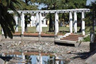 Parque Garay: en un sector del lago se acumula gran cantidad de basura