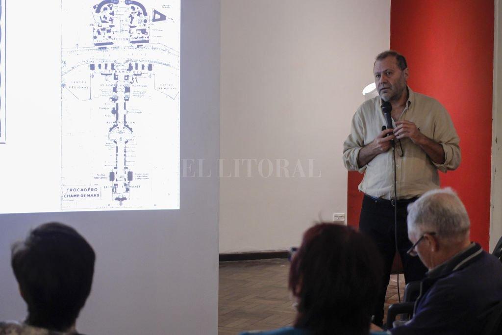 Días atrás, el arquitecto Luis Müller expuso sobre art decó en el marco de la muestra; ahora será el turno de las profesoras de Literatura Crolla y Clement. Crédito: Gentileza Municipalidad de Santa Fe
