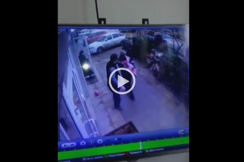 Video: Niña de 5 años cayó de un quinto piso y dos peatones le salvaron la vida