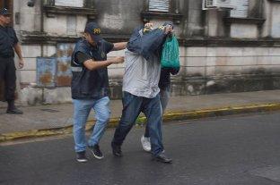 Indagaron a Luis Paz - Luis Paz durante su traslado.