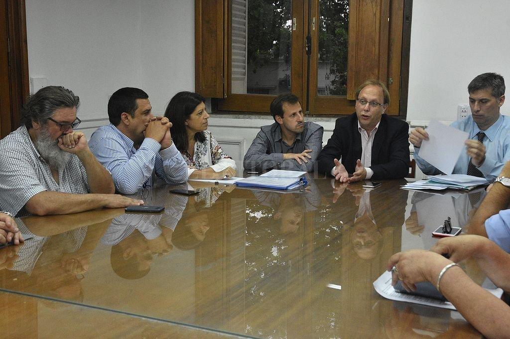 El Presupuesto 2019 y cambios tributarios serán votados este jueves - Saglione entre Gorban y Olivares con quien fue a Diputados para explicar los alcances del proyecto de presupuesto y los cambios impositivos. -