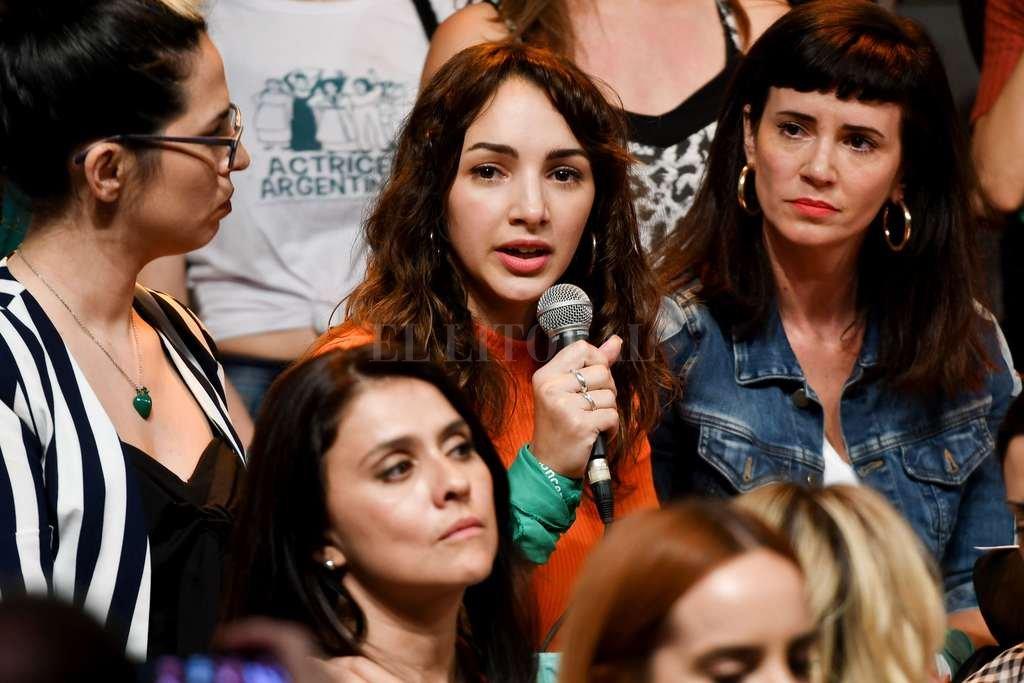 Thelma Fardin, la actriz denunciante, junto a miembros del colectivo que componen Actrices Argentinas. Crédito: Télam