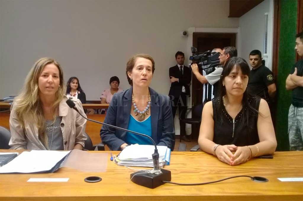 La fiscal Del Río Ayala junto a las abogadas querellantes del Centro de Asistencia Judicial (CAJ) <strong>Foto:</strong> Prensa MPA