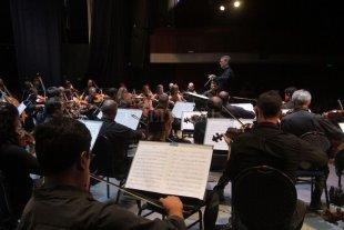 Un cierre de lujo - La Orquesta Sinfónica Provincial durante un concierto realizado este año bajo la conducción de Walter Hilgers. -