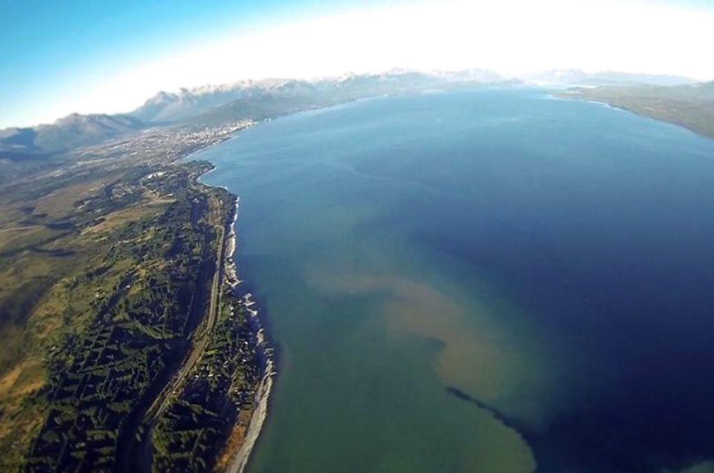 En el lago Nahuel Huapi se han arrojado más de 75 millones de litros de residuos en tres días. Crédito: Archivo