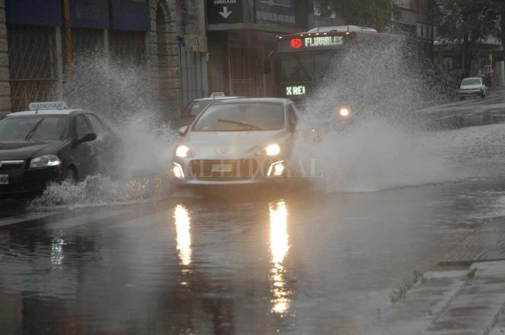 La tormenta llegó a la ciudad y podría caer más lluvia -  -