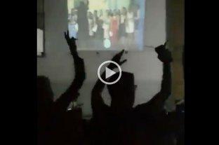 Un alumno recibió su diploma con la Marcha Peronista y los directivos de la escuela fueron suspendidos -
