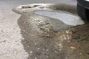 Dos brotes de agua en la misma cuadra en barrio María Selva - En el margen derecho de calle Belgrano, comenzó hace unos días a brotar agua -