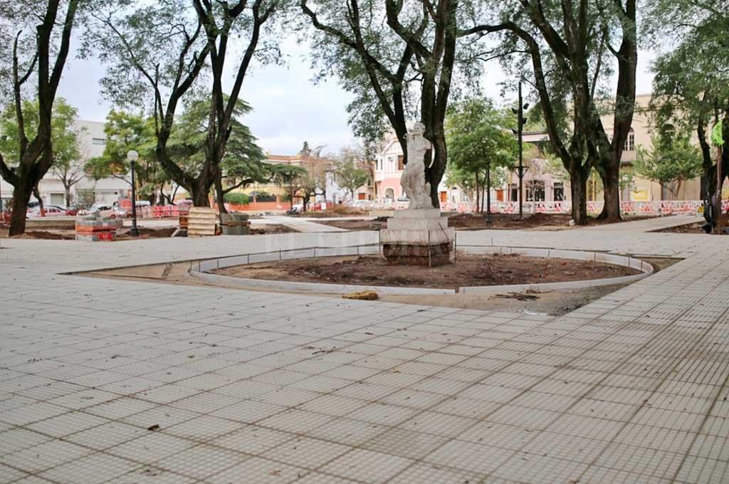 El jueves inauguran la renovada Plaza Pueyrredón  - La imagen es de julio de este año, cuando se desarrollaban los trabajos fuertes en la plaza -