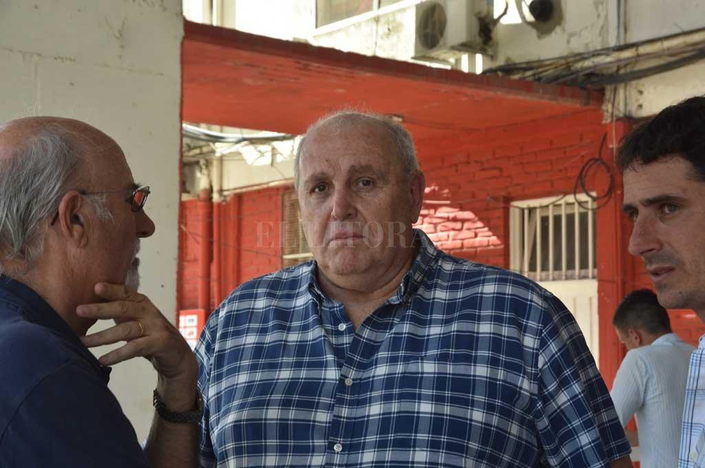 """Frases de presidente. Luis Spahn, escoltado por el tesorero Jorge Cíceri (hombre de los números) y por el secretario deportivo Martín Zuccarelli (hombre de los pases), en la previa del último partido en el 15 de Abril. A modo de balance del 2018, prendió la luz anaranjada —casi en peligro— por el tema de la relación ingresos/egresos y advirtió que """"la Superliga sancionará con penas muy graves a los clubes que no cumplan sus obligaciones"""". Conclusión: se vienen las ventas. <strong>Foto:</strong> Luis Cetraro"""