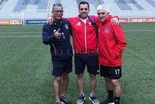 """""""Vignatti también tiene 70 años y es brillante"""" - Un 2018 increíble. Alejandro Comesaña (44 años), hijo y confidente del entrenador del Junior de Barranquilla que está en el radar de Colón, aparece en el centro de la foto. A un costado (de pelo blanco) el entrenador; en el otro extremo el PF uruguayo Luis Grau. """"En menos de cinco días jugamos dos finales, estamos muy felices por lo que logró mi padre"""", dijo el hijo del DT a El Litoral.  -"""