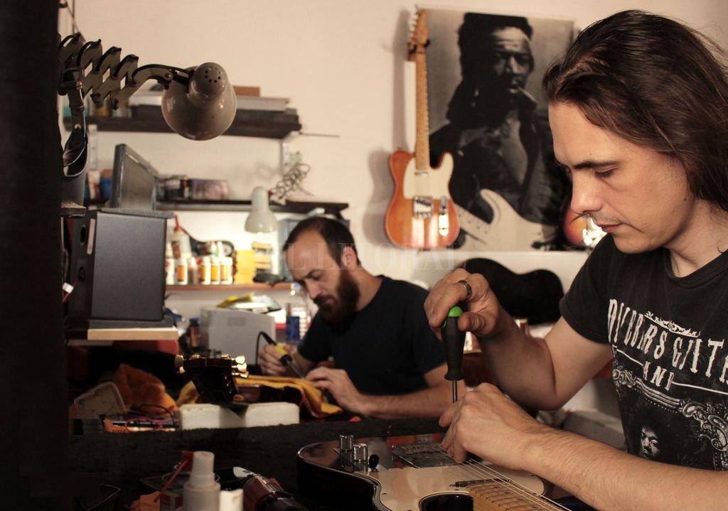 Alisio (al frente) junto a Víctor Giúdice, con quien comparte amistad y pasión por los instrumentos. Crédito: Gentileza BitiGuitarTech