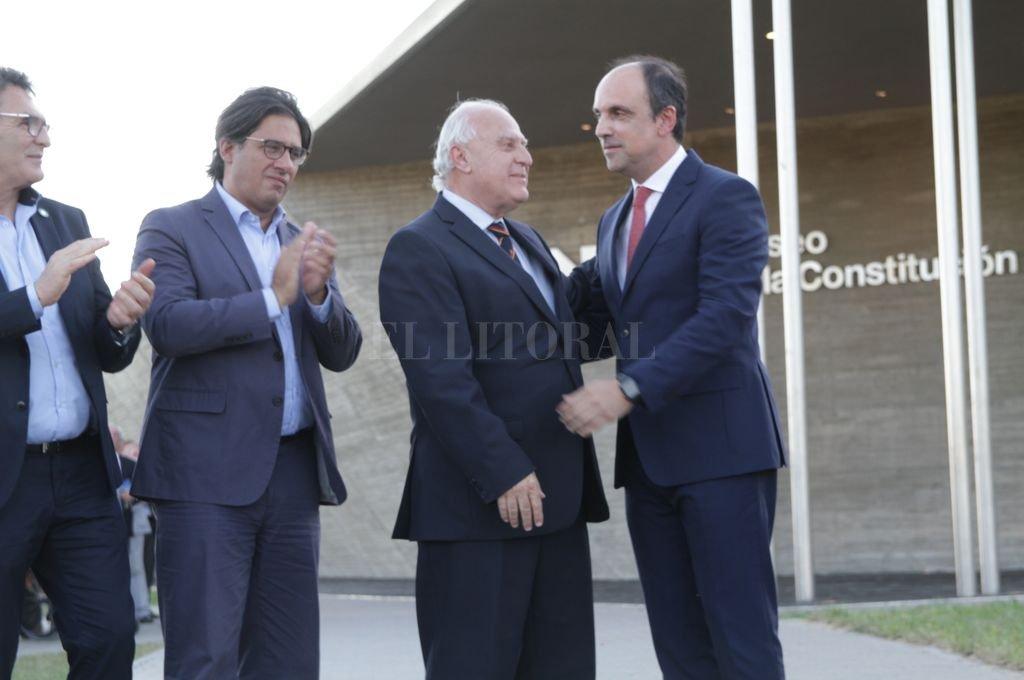 Se saludan el gobernador Miguel Lifschitz y el intendente José Corral. <strong>Foto:</strong> Manuel Fabatia