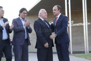 Filtrado: abrazos durante el acto de inauguración del Museo de la Constitución