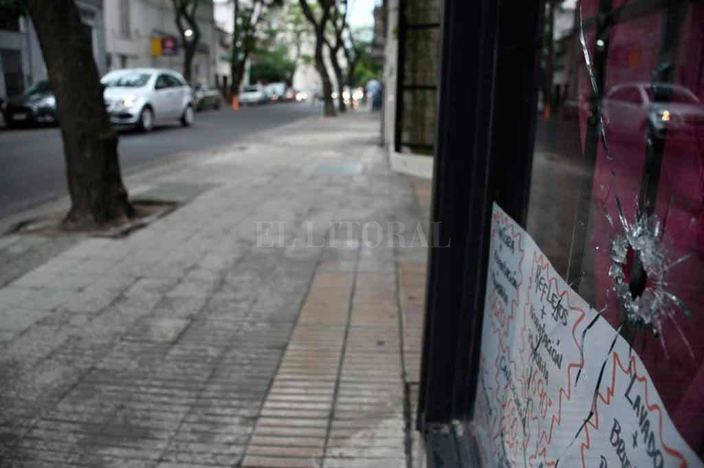 Los disparos quedaron en paredes cercanas al edificio público Crédito: Marcelo Manera