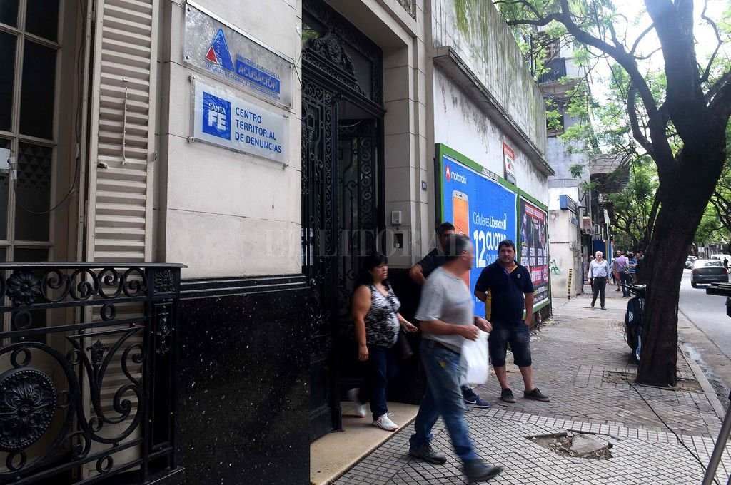 El frente de la sede de las fiscalías de Rosario que fue baleado en la madrugada del jueves por desconocidos. <strong>Foto:</strong> Télam