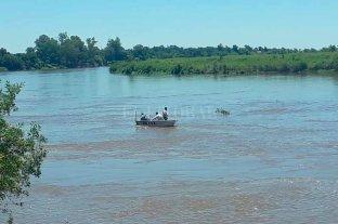 Continúa la búsqueda del taxista que se arrojó al río en Sauce Viejo