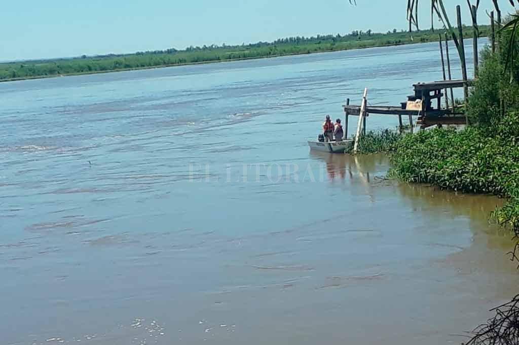 Los efectivos habrían detectado un elemento en la profundidad del río que correspondería al auto. Sin embargo, esperan aparatos para poder extraerlo Crédito: El Litoral