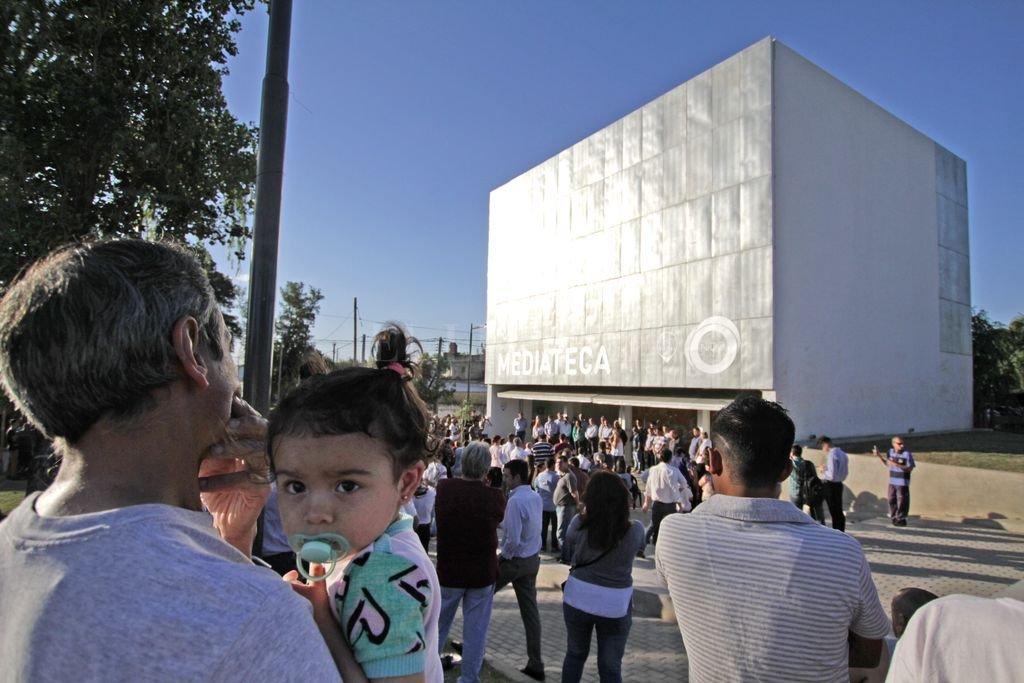 El edificio Nido - Mediateca La Cumbia, se construyó en pasaje Mitre y Tucumán. Es un centro de espacios y recursos abierto a todos los vecinos que incluye salas de grabación, de ensayos y experimentación. Pablo Aguirre