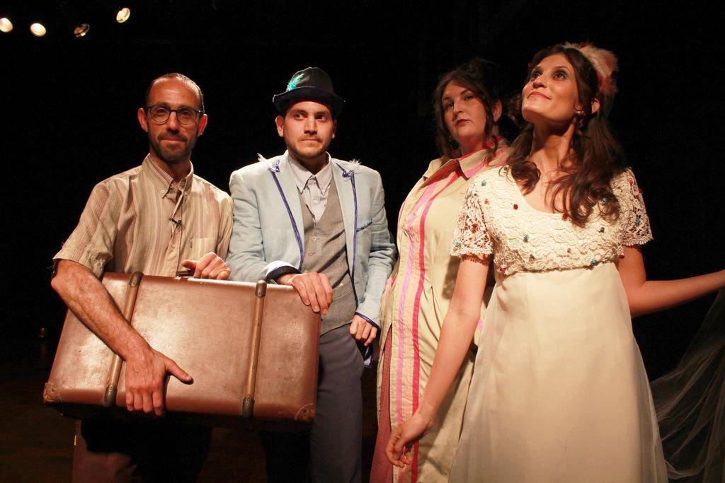 """""""En el andén"""", obra teatral en la cual una estación de campaña encuentra a tres personajes que experimentan equívocas contingencias y juegos escénicos sobre la base de transposiciones del lenguaje. Gentileza producción"""
