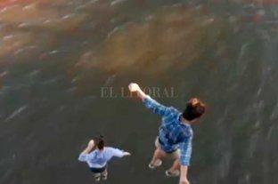 Video: dos jóvenes se tiraron desde el puente Colgante