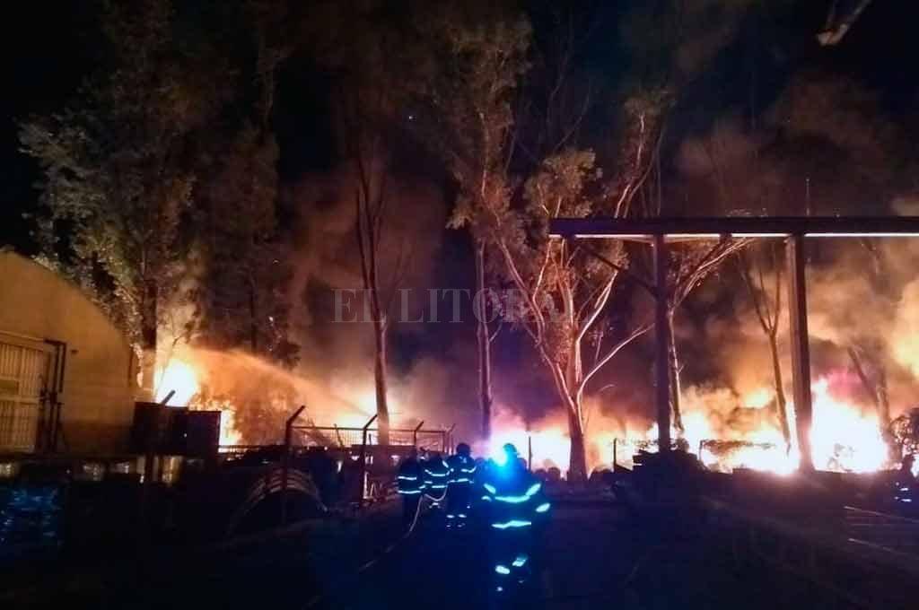 El siniestro se inició poco antes de las 19. Tras un arduo trabajo de los bomberos, las llamas fueron sofocadas cerca de las 3 de la madrugada. Crédito: El Litoral