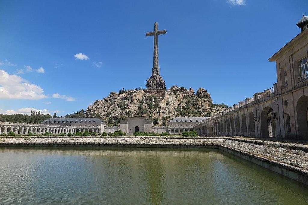 Vista del mausoleo y la cruz de piedra que corona el Valle de los Caídos en Madrid. <strong>Foto:</strong> DPA