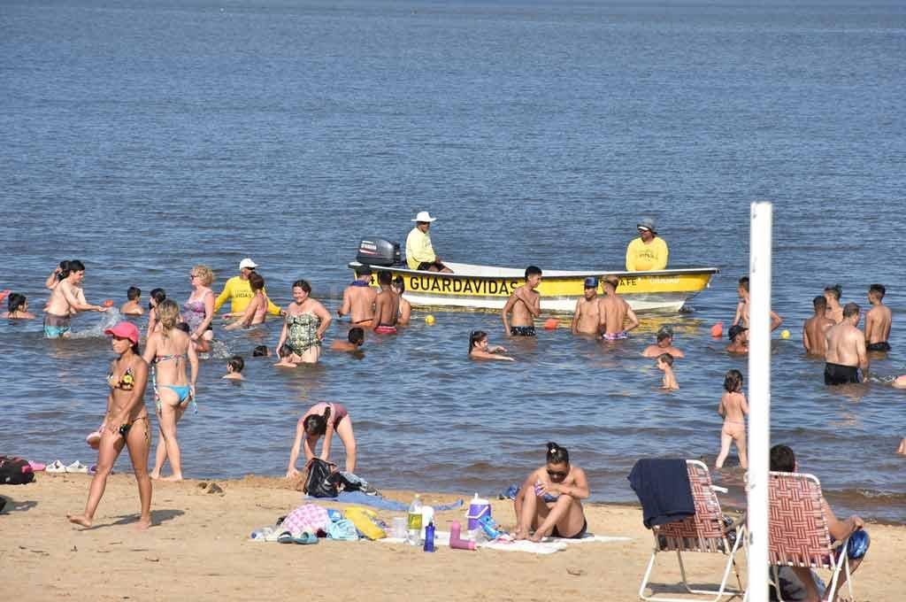 Los guardavidas trabajan a diario en las playas santafesinas Crédito: Manuel Alberto Fabatía