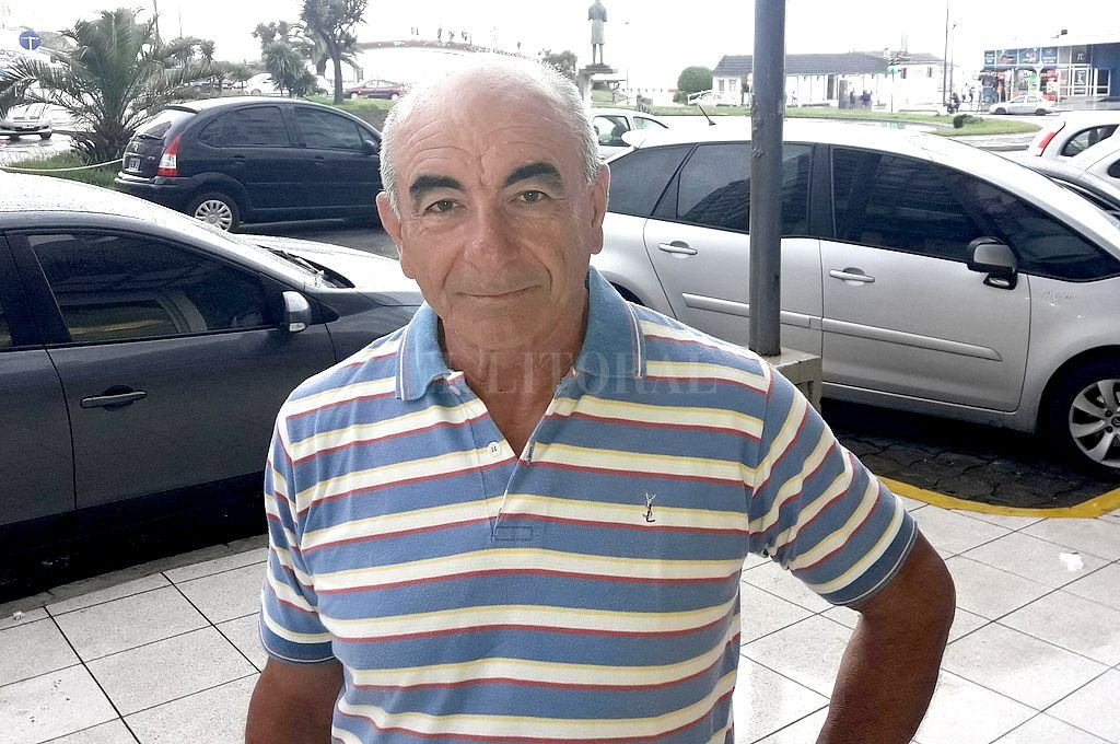 Carlos Trullet en la Feliz, donde pasó algunos días de vacaciones. Desde principios de los 70 (o antes también) su vida pasó mucho tiempo adentro de una cancha de fútbol. Tiene la experiencia de muy pocos. Crédito: El Litoral