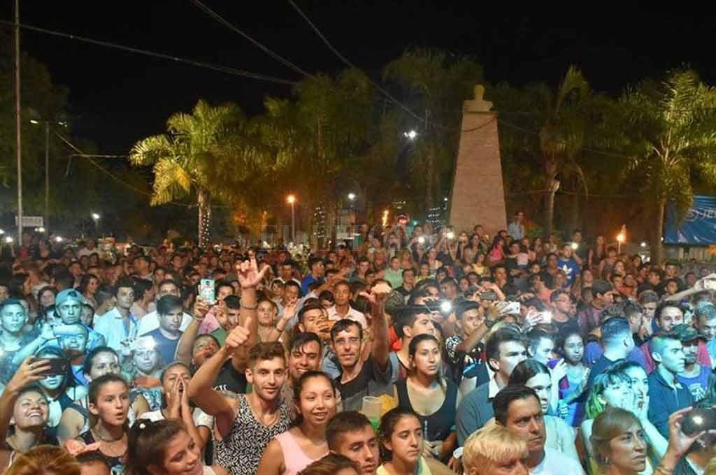 Multitudinaria. Miles de personas suelen concurrir a la plaza San Martín de San Agustín para disfrutar de estas fiestas de carnaval, una de las más convocantes de la zona. Crédito: Facebook Carnavales San Agustín