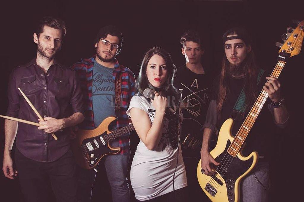 """Destinesia está integrada por Lautaro Newbery (batería), Luca Vairoli (guitarra/coros), Josefina """"Jackie"""" Baragiola (voz), Napo Noriega (guitarra) y David Rivas (bajo). <strong>Foto:</strong> Gentileza producción"""