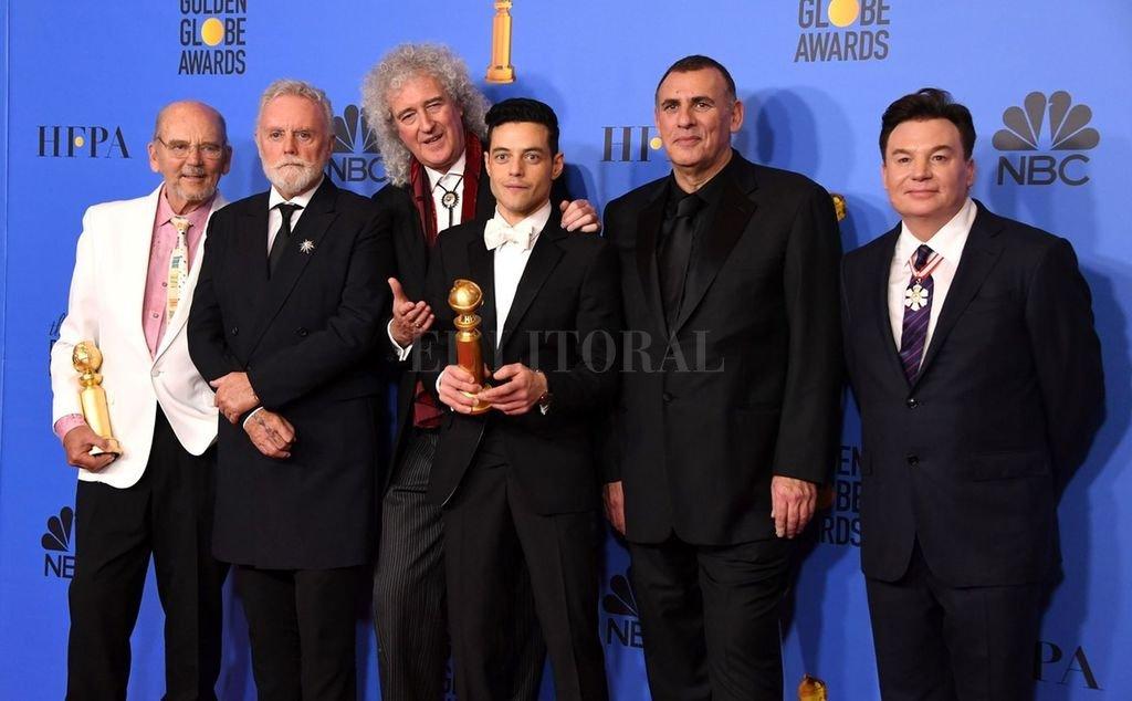 Rami Malek, encargado de interpretar a Mercury, celebrando junto a los productores y los ex Queen Brian May y Roger Taylor. Crédito: Gentileza Clarín