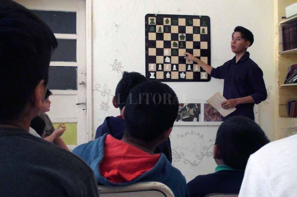 Profesor. Atahualpa Larrea, el niño que se hizo famoso tras la inundación de 2003, aprendió a jugar al ajedrez en la escuela que hoy preside y donde además es profesor. Crédito: Gentileza