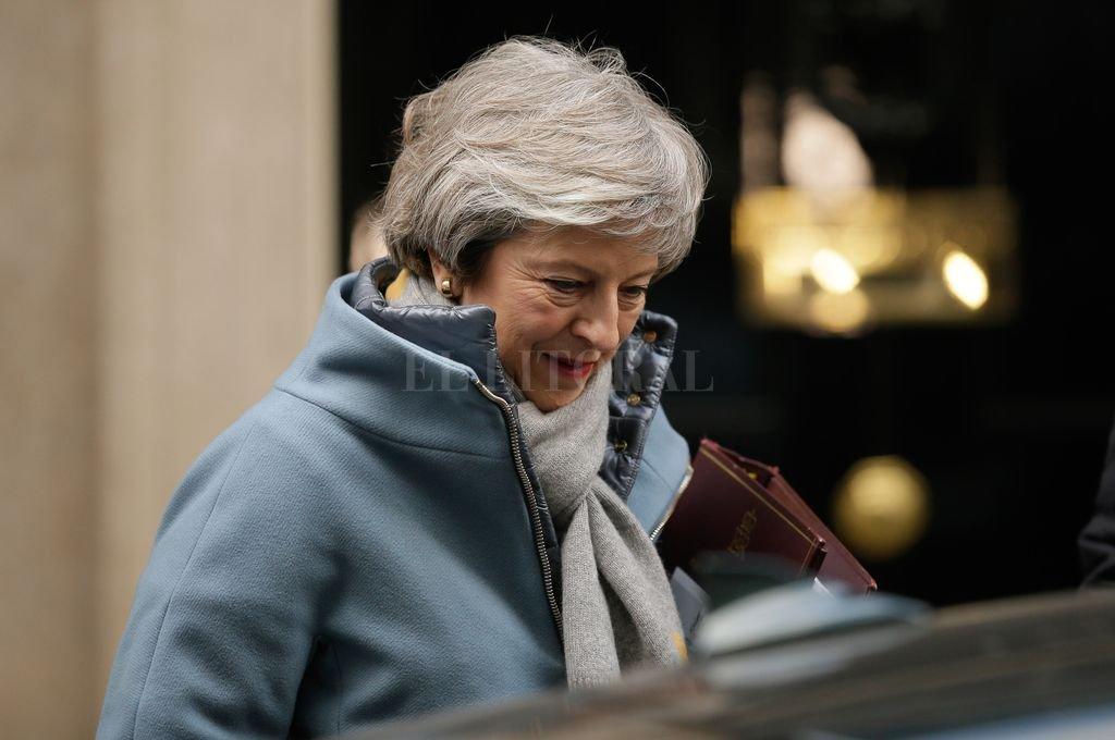 a primera ministra de Reino Unido, Theresa May, sale del número 10 de la calle Downing para asistir a la sesión de Preguntas a la Primera Ministra (PPM) en la Cámara de los Comunes, en Londres, Reino Unido, el 9 de enero de 2019. El debate del Brexit británico en la Cámara de los Comunes sobre la propuesta de acuerdo en términos de retirada de Reino Unido y las futuras relaciones con la Unión Europea (UE) comenzaron el miércoles antes de una votación programada para el 15 de enero. <strong>Foto:</strong> Xinhua