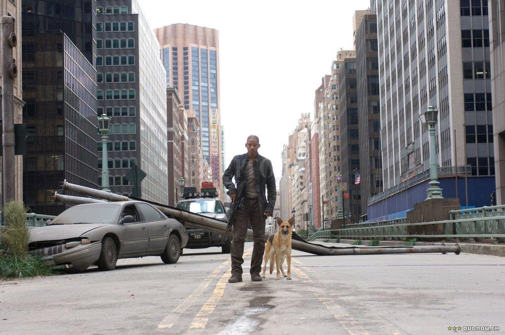 """Will Smith queda solo en el mundo, tras una plaga que convierte a los seres humanos en zombis sedientos de sangre en """"Soy leyenda"""". Warner Bros. / Village Roadshow"""