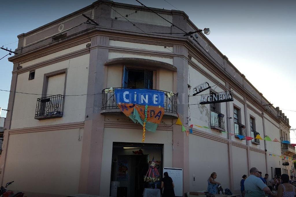 """El Centro Cultural """"Cine Avenida"""" de Villa Gobernador Gálvez amaneció este jueves con una de sus puertas laterales violentadas. <strong>Foto:</strong> Internet"""