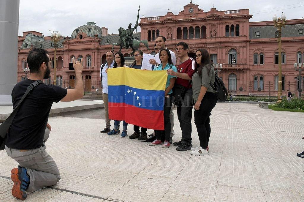 Venezolanos frente a la Casa Rosada. Crédito: Telam