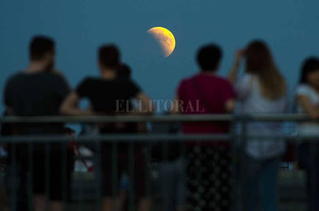 En Varsovia. La imagen es del 27 de julio de 2018: los jóvenes polacos se reunieron cerca del Centro de Ciencia Copérnico para observar un eclipse lunar. Este año habrá celebraciones en todo el mundo, y la ciudad no será la excepción. <strong>Foto:</strong> Archivo El Litoral