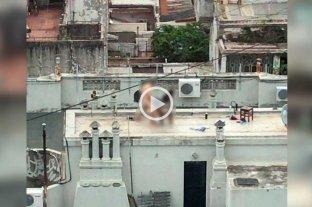 Tenían sexo en la terraza y los vecinos filmaron toda la secuencia