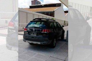 No le importa nada: auto mal estacionado bloquea la rampa para discapacitados del Cemafe