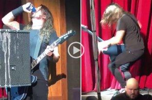 Dave Grohl, líder de Foo Fighters, volvió a caerse del escenario