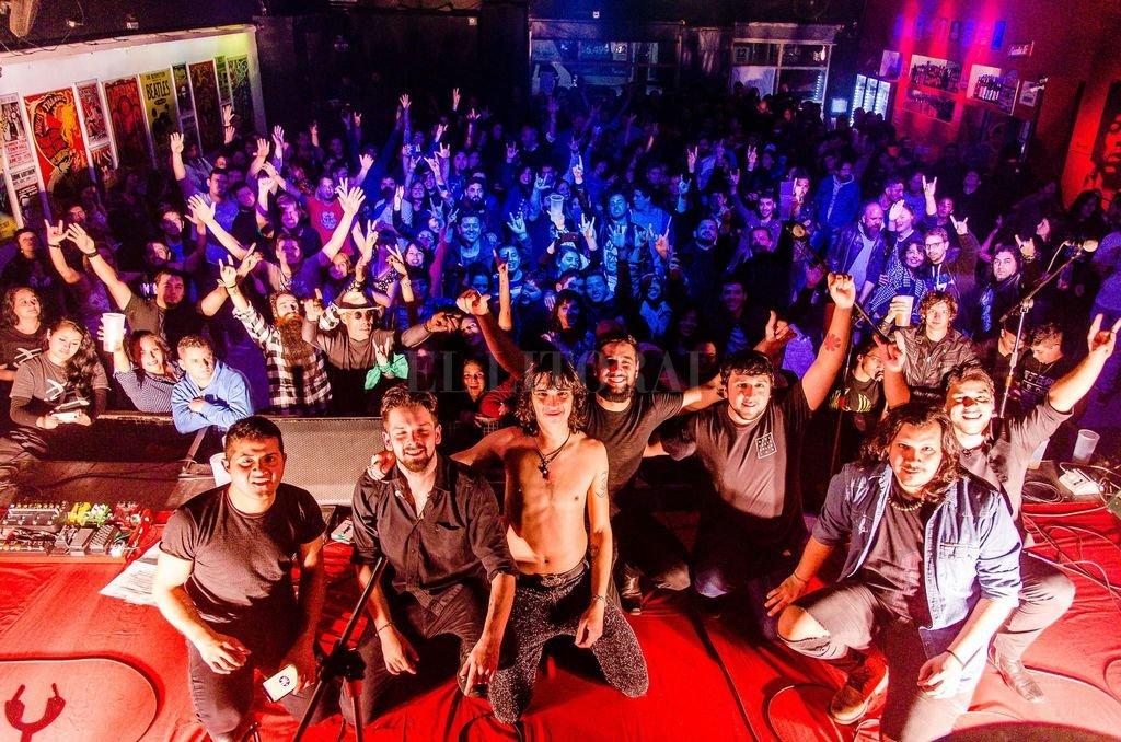 La banda junto a su público fiel, que revive junto a ellos los años dorados de la agrupación española. <strong>Foto:</strong> Gentileza Chelo Lagrost