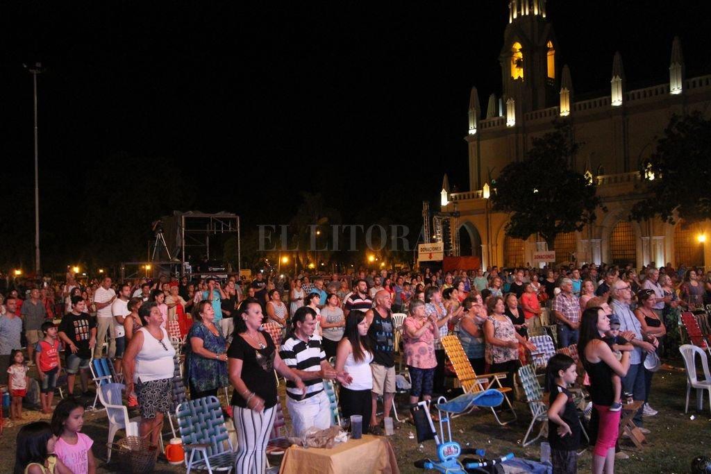 Con el imponente marco de la Basílica, cada noche un público integrado por unas 20 mil personas de Santa Fe, la región y hasta de otras provincias disfruta de las propuestas que se despliegan en el escenario.  <strong>Foto:</strong> Manuel Fabatía