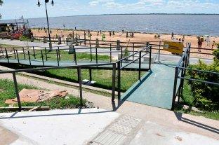 Inclusión, arena y sol: suman rampas y sillas anfibias en una playa de la ciudad - Rampa. Nace en la vereda de la Costanera y llega hasta la arena de la playa, con identificación podotáctil.