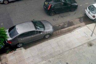 Vuelven a bloquear el acceso de ambulancias del Cemafe con un auto mal estacionado -  -