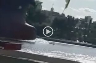 """Video: Un enorme barco """"atropelló"""" a dos kayakistas en el Paraná -"""