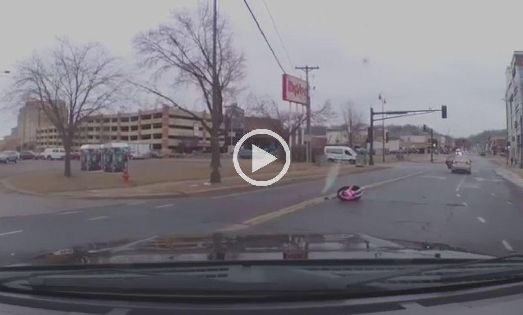 Video: Una bebé salió despedida de un auto y de milagro resultó ilesa