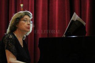 """""""La música me hace vivir"""" - Nidia Koppisch es pianista, compositora, pedagoga y escritora. Nació en Santa Fe proveniente de ancestros dedicados al arte y a la música. Es egresada del Instituto Superior de Música de la UNL. -"""