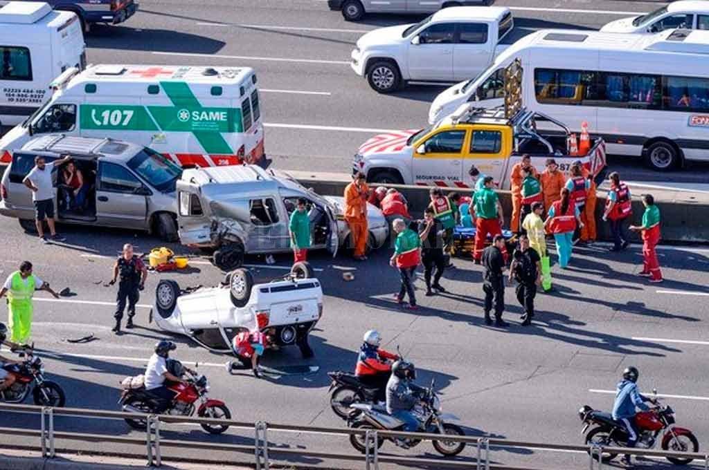 Impresionante vuelco dejó ocho heridos en la ciudad de Buenos Aires
