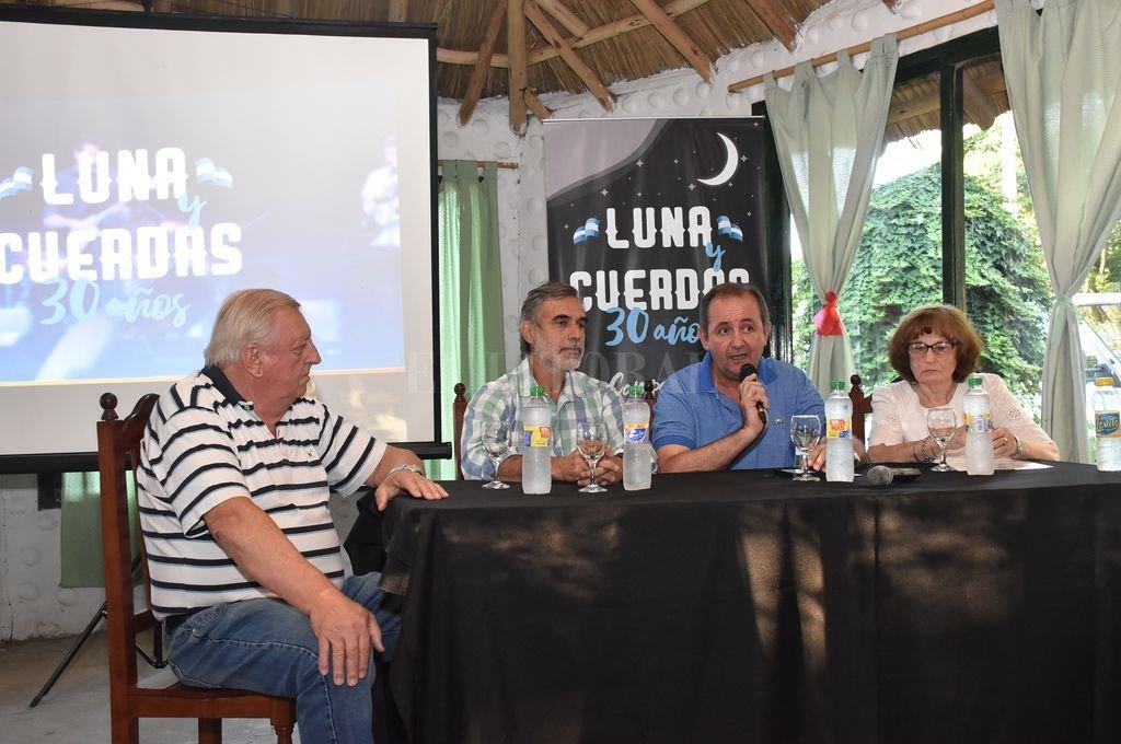 El intendente Omar Colombo, el senador por La Capital Miguel González, y María Margarita Sacco y Atilio Brillada, de la Comisión de Trabajo, fueron los encargados del lanzamiento. Crédito: Manuel Fabatía